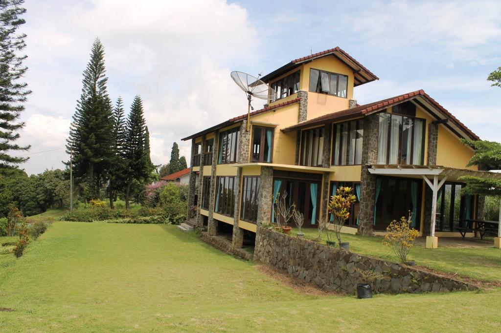 Villa di Lembang Dengan Halaman Luas